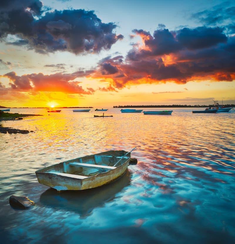 Barco de pesca no tempo do por do sol fotos de stock