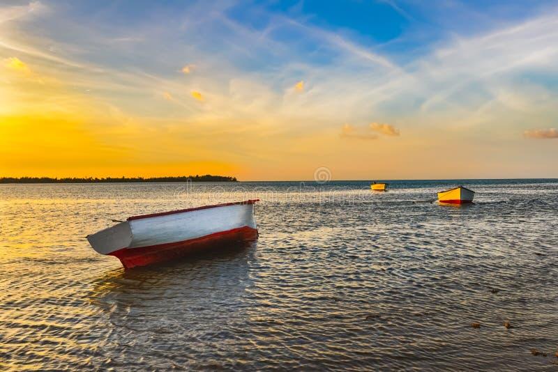 Barco de pesca no tempo do por do sol imagem de stock