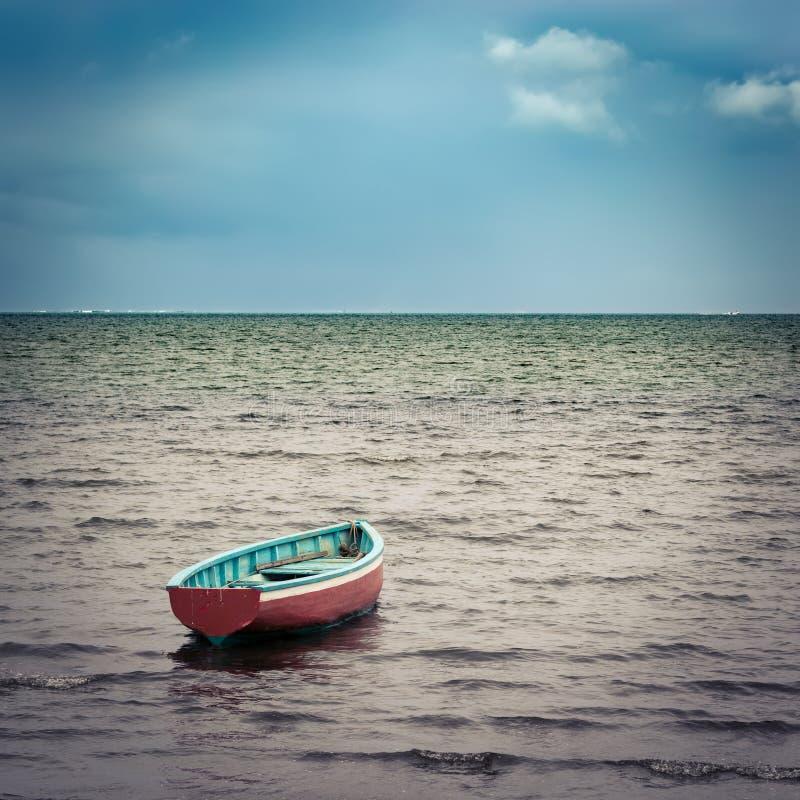 Barco de pesca no tempo do por do sol fotos de stock royalty free