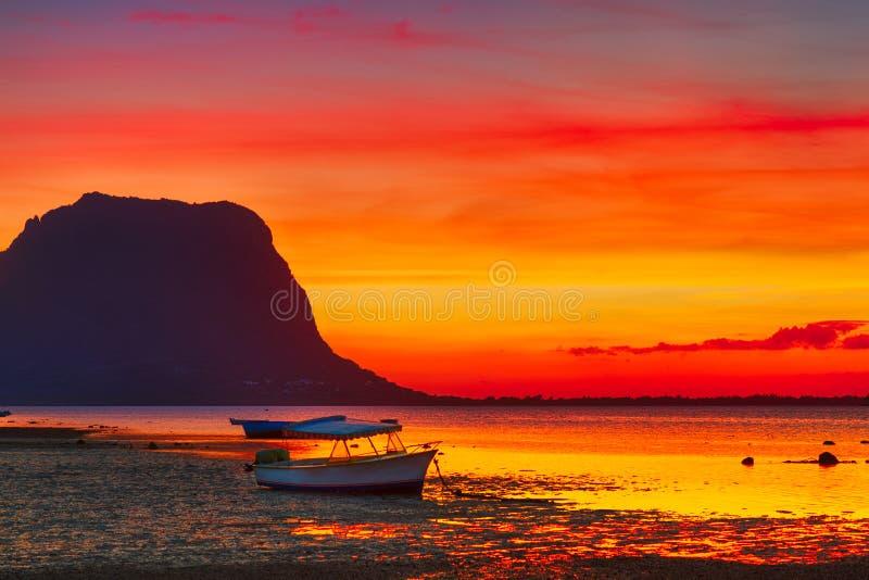 Barco de pesca no tempo do por do sol Le Amanhecer Brabante no fundo imagem de stock