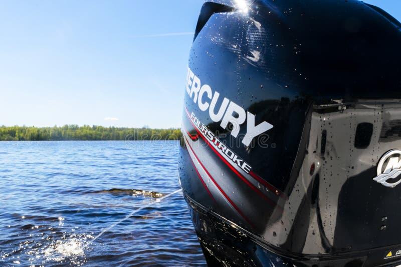 Barco de pesca novo moderno do esporte com um motor externo brandnew de Mercury FourStroke no lago foto de stock royalty free