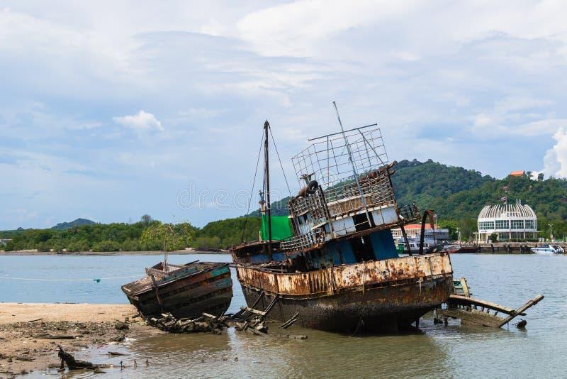 Barco de pesca oxidado velho fotografia de stock royalty free