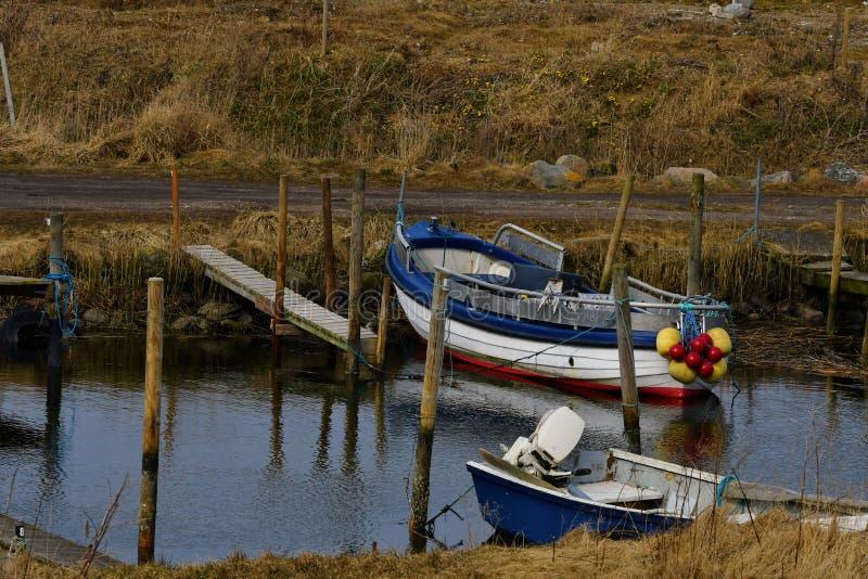 Barco de pesca pequeno em Lammefjord Dinamarca imagem de stock