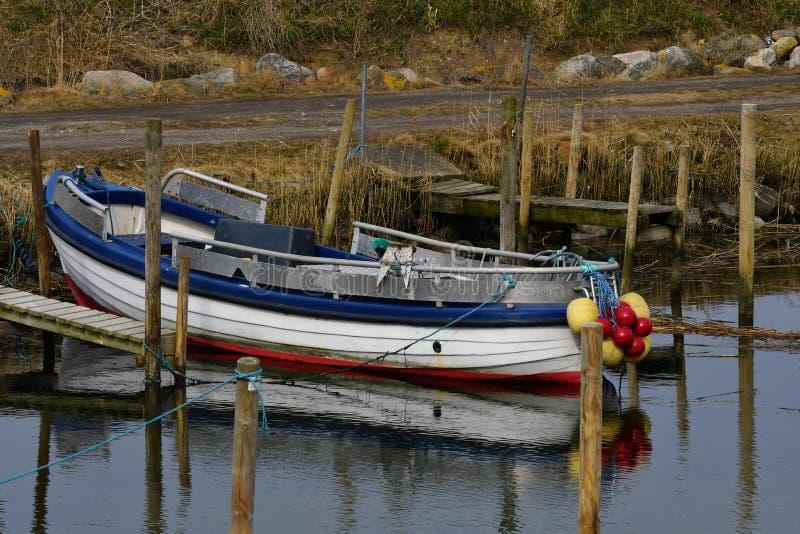 Barco de pesca pequeno em Lammefjord Dinamarca foto de stock royalty free
