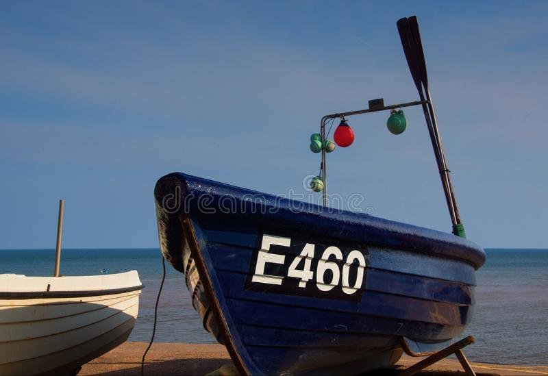 Barco de pesca pequeno em Sidmouth Devon fotos de stock royalty free