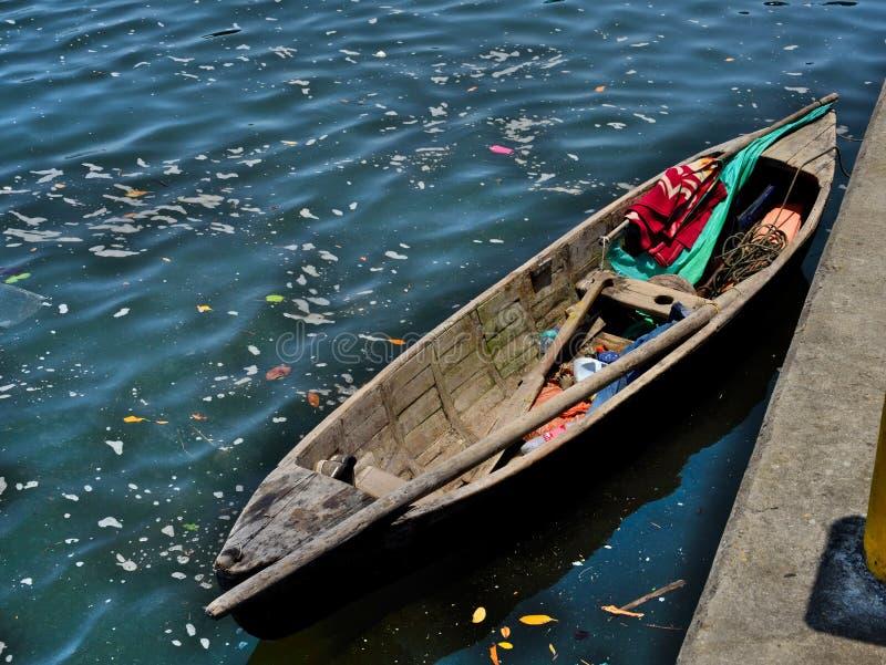 Barco de pesca pequeno nas Honduras imagem de stock