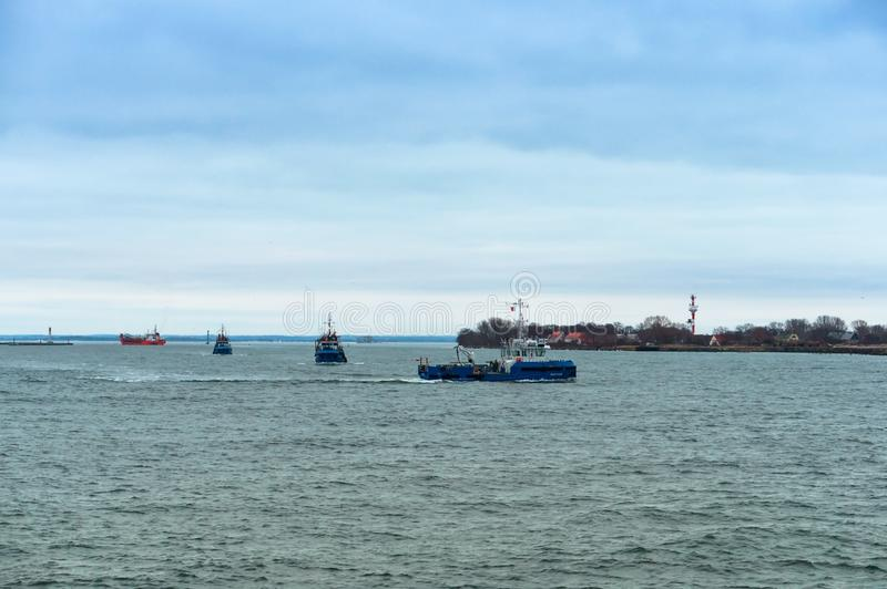 Barco de pesca pequeno, navio azul pequeno foto de stock royalty free