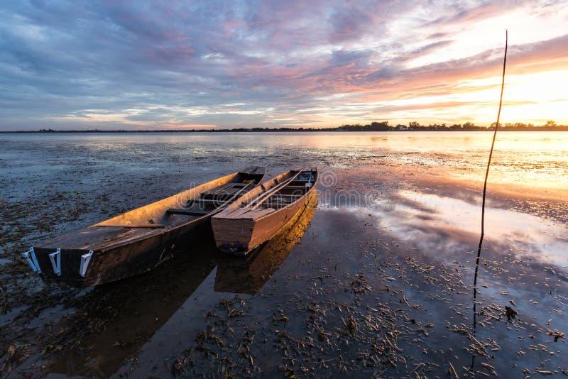 Barco de pesca pequeno no crepúsculo imagens de stock royalty free