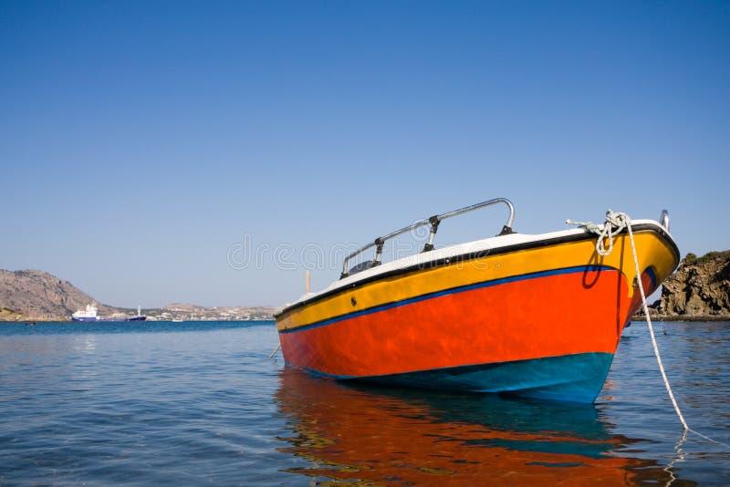 Barco de pesca pequeno no mar imagem de stock royalty free