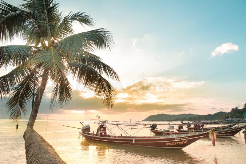 Barco de pesca perto da costa no por do sol fotografia de stock