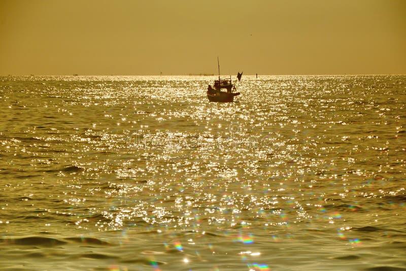 Barco de pesca por el mar fotografía de archivo libre de regalías