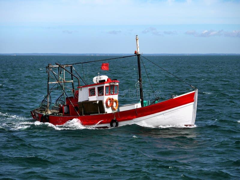 Barco de pesca portugués en el mar imagenes de archivo