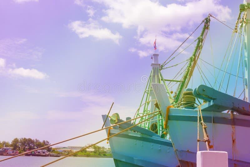 Barco de pesca principal en el río, efecto del filtro imagenes de archivo