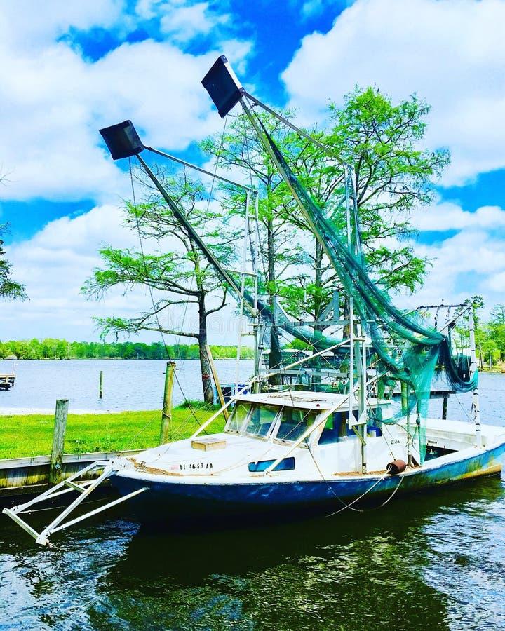 Barco de pesca pronto para deixar o porto fotografia de stock