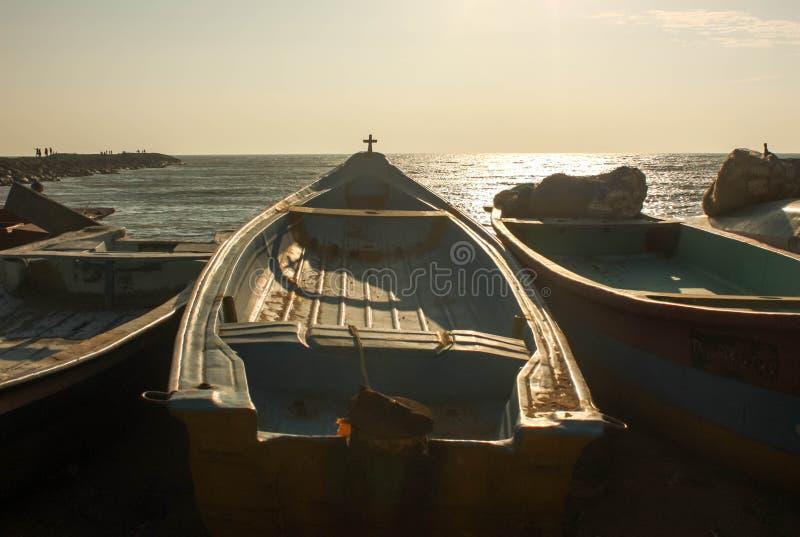 Barco de pesca pronto para sair no amanhecer fotos de stock royalty free