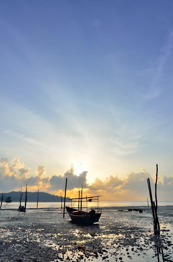 Barco de pesca quando por do sol imagens de stock royalty free