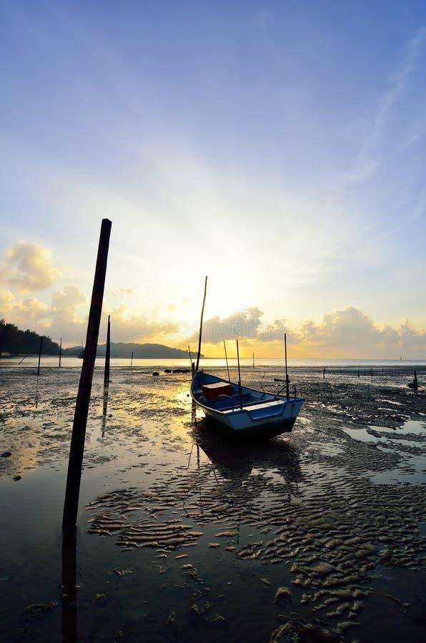 Barco de pesca quando por do sol imagens de stock