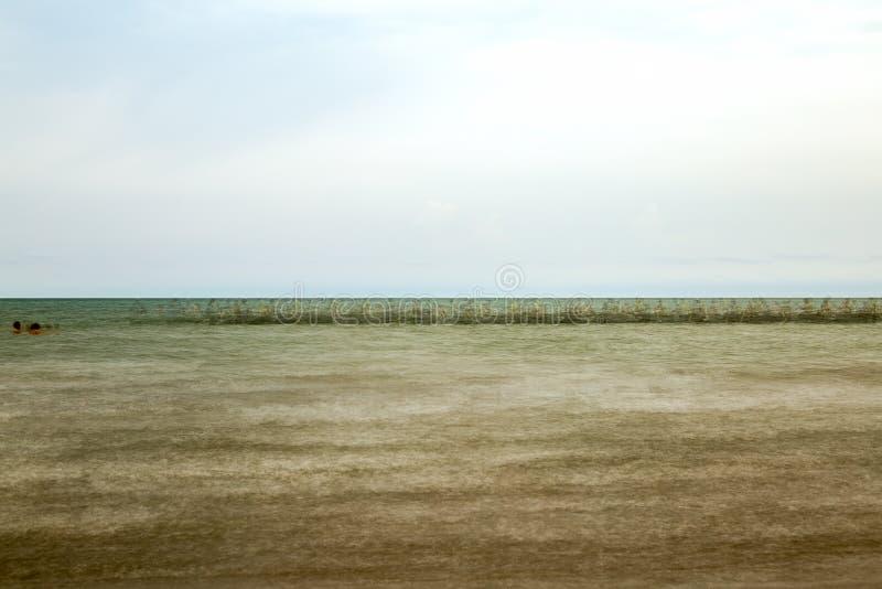 Barco de pesca que cruza a costa de uma praia de Caribean imagem de stock