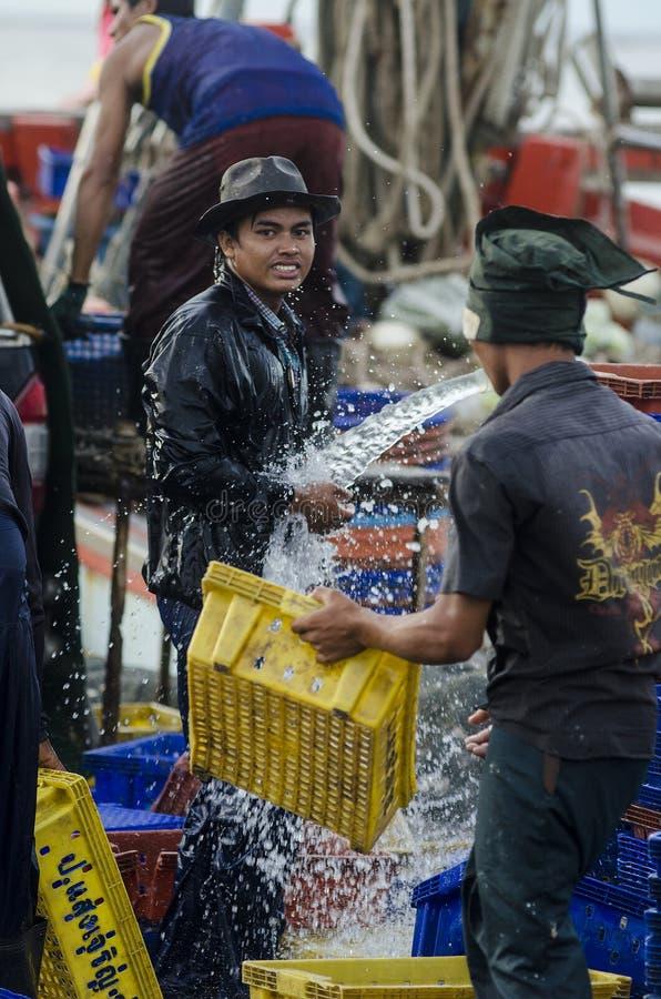 Barco de pesca que lava no molhe fotos de stock