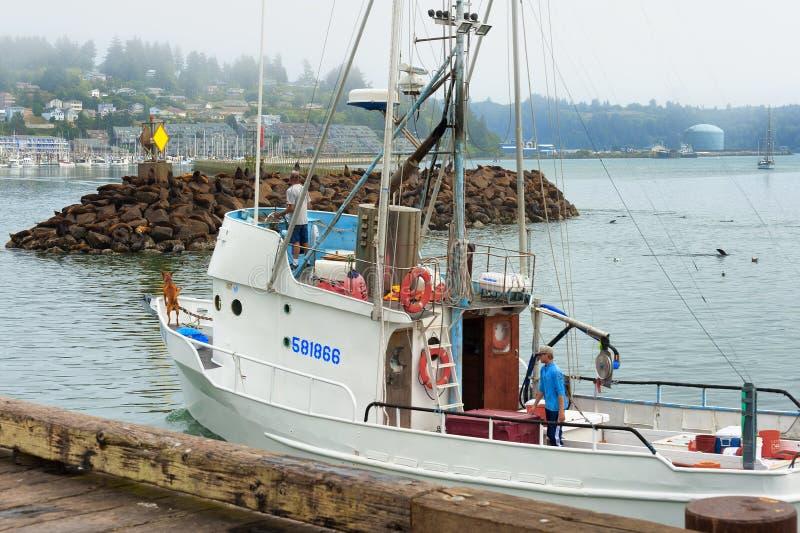 Barco de pesca que retorna ao porto em Newport Oregon imagem de stock royalty free