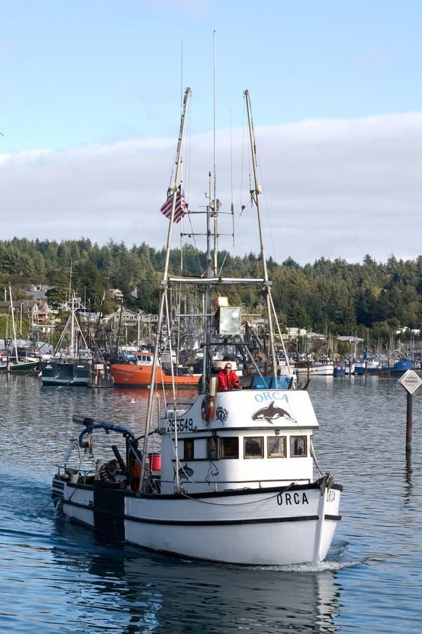Barco de pesca que sale para el día fotografía de archivo