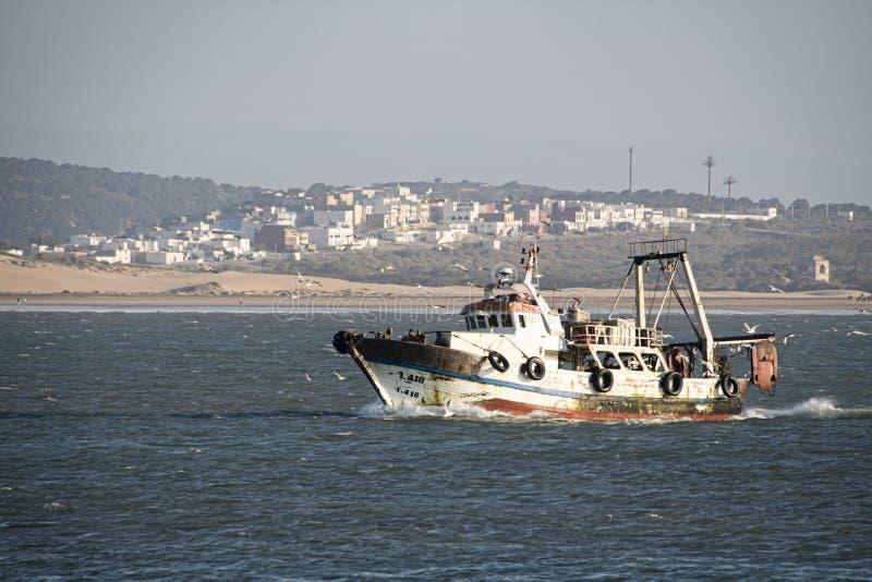 Barco de pesca que vuelve al puerto imagen de archivo libre de regalías