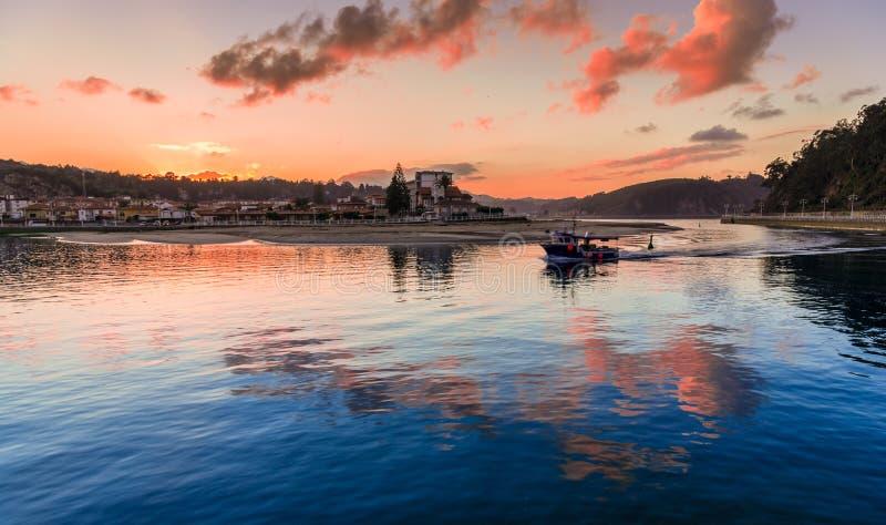 Barco de pesca que vuelve para virar Ribadesella hacia el lado de babor imágenes de archivo libres de regalías
