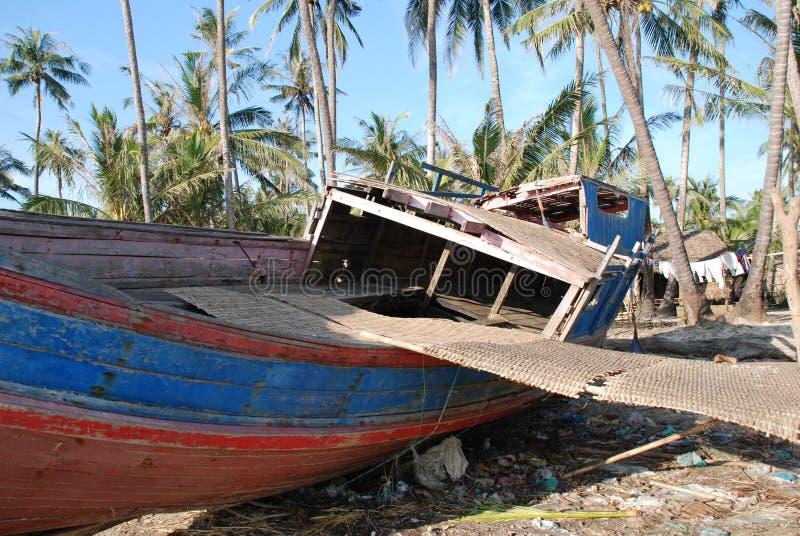 Barco de pesca quebrado fotos de stock