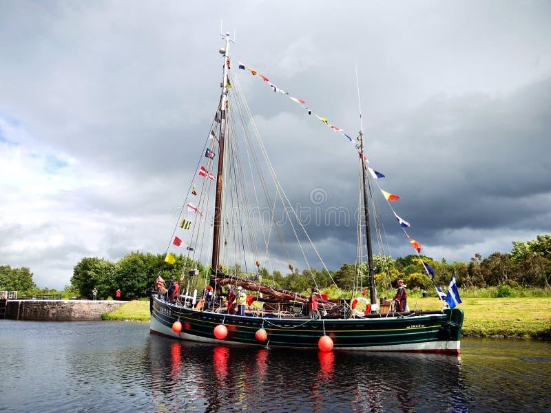 Barco de pesca restaurado en el canal imagen de archivo libre de regalías