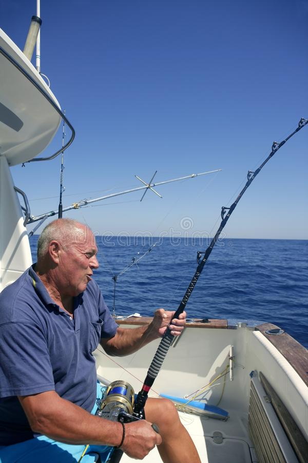 Barco de pesca sênior do esporte do grande jogo do pescador imagem de stock royalty free
