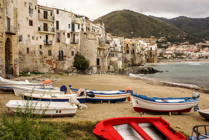 Barco de pesca siciliano na praia em Cefalu, Sicília imagem de stock