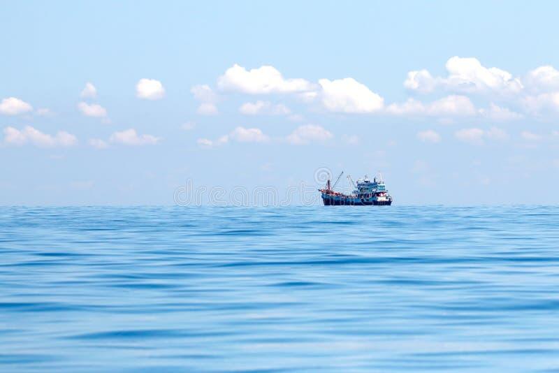 Barco de pesca solamente en el mar fotografía de archivo