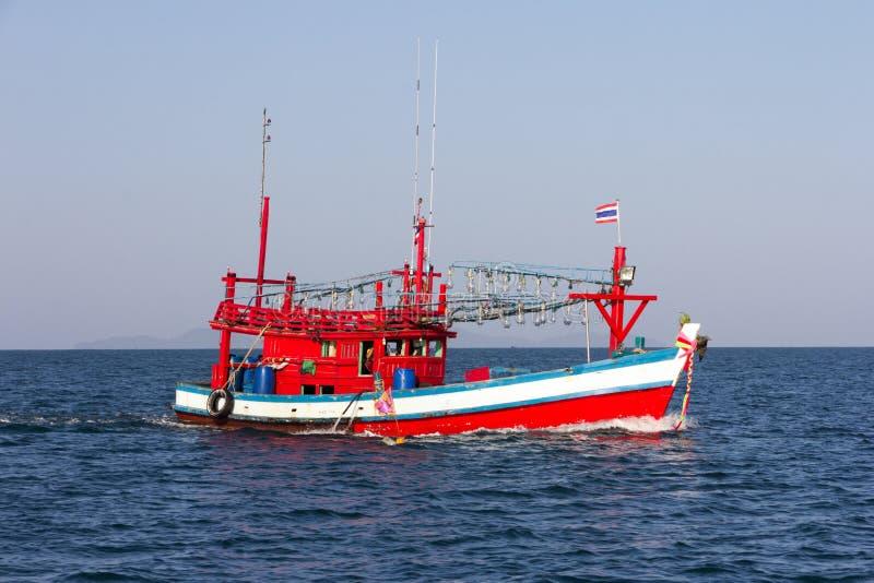 Barco de pesca tailand?s corrente no mar fora de Trang, Tail?ndia fotos de stock royalty free