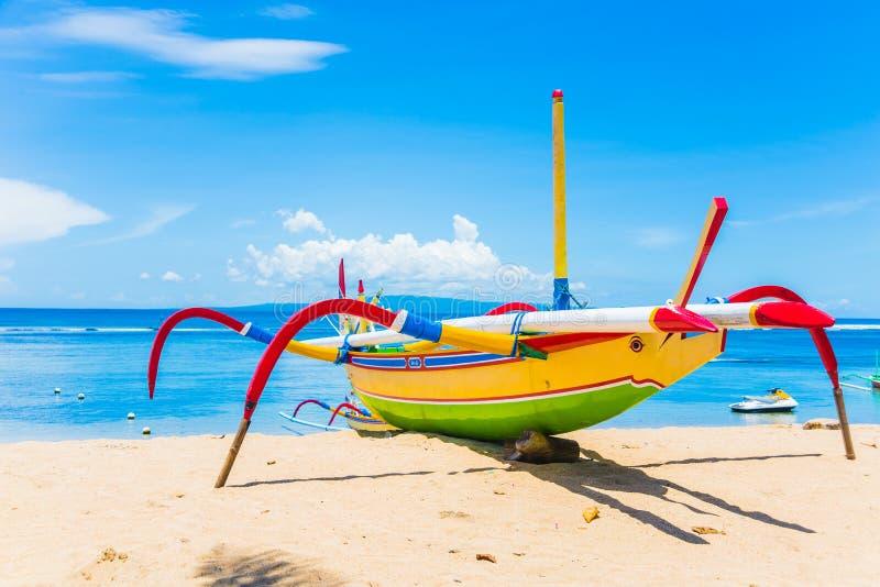 Barco de pesca tradicional de Jukung Bali imagem de stock royalty free