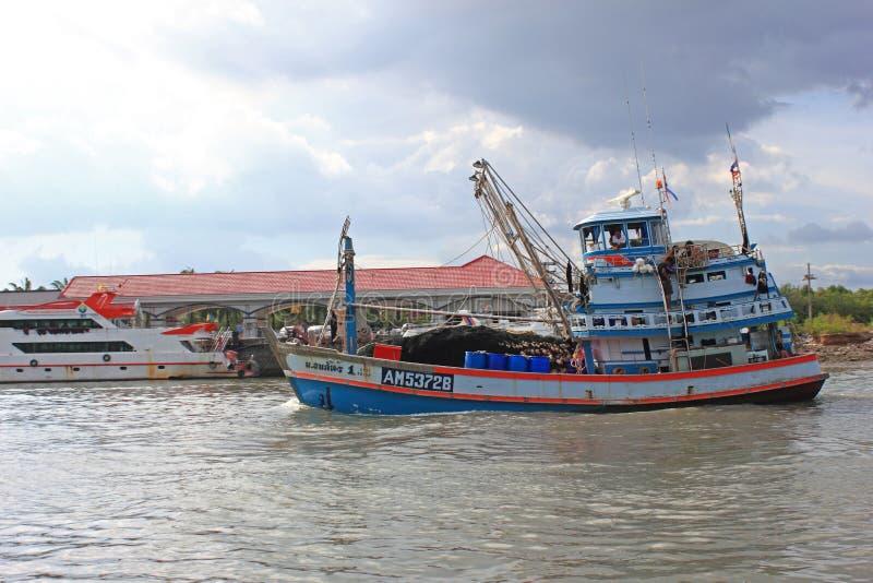 Barco de pesca tradicional que se va al mar, Tailandia fotografía de archivo