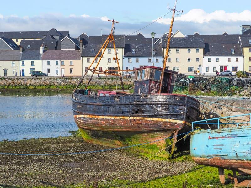 Barco de pesca velho em Galway fotografia de stock royalty free