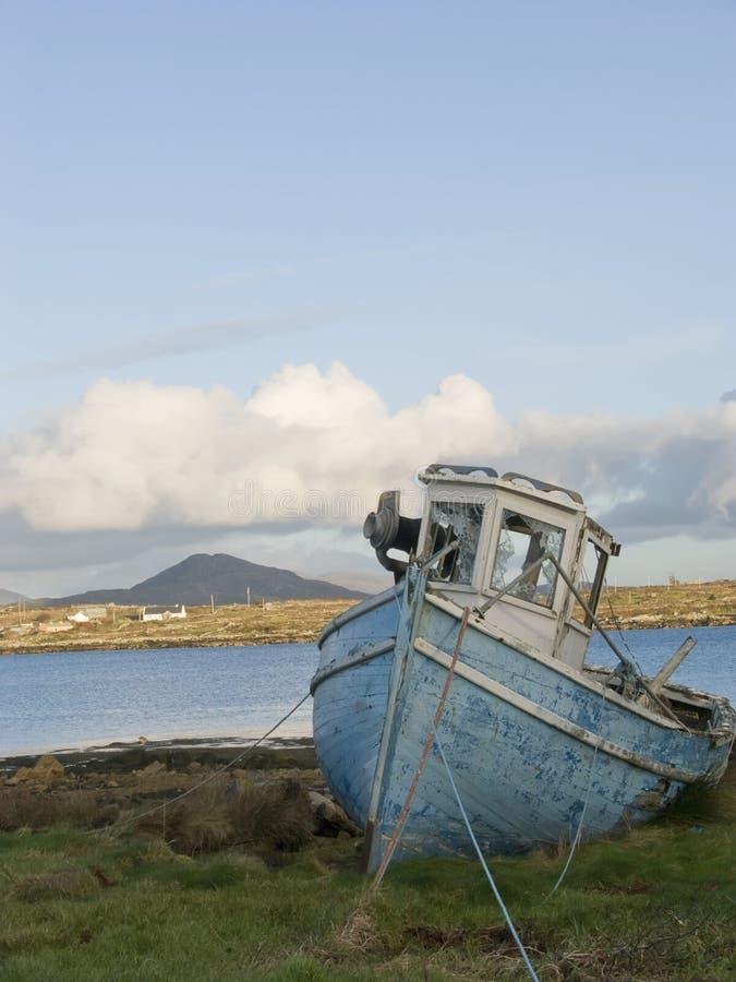 Barco de pesca velho em Ireland imagens de stock