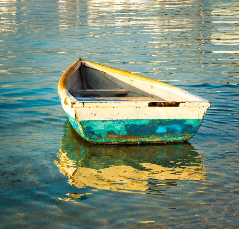 Barco de pesca velho no por do sol foto de stock