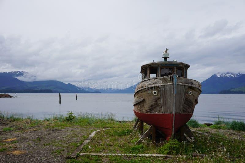 Barco de pesca velho sozinho imagens de stock royalty free