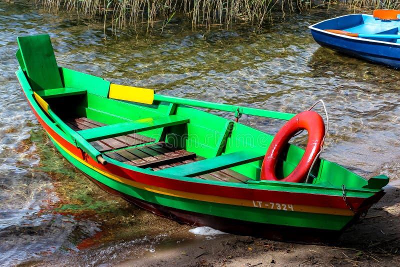 Barco de pesca verde colorido imagen de archivo