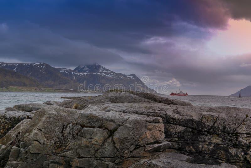 Barco de pesca vermelho no mar da ilha de Lofoten fotografia de stock royalty free