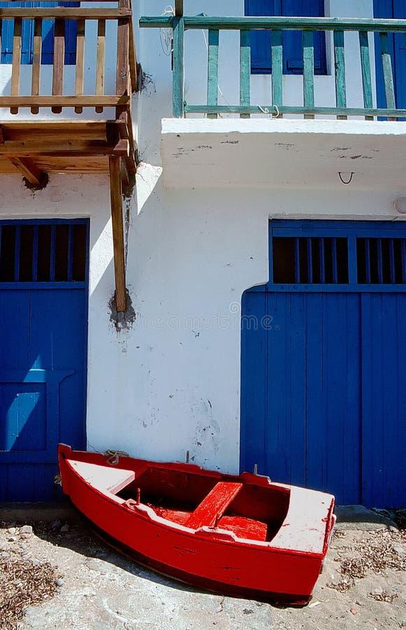 Barco de pesca vermelho pequeno estacionado no santorini fotos de stock