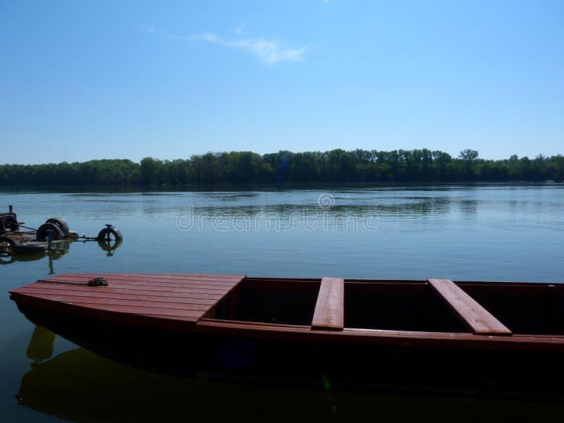 Barco de pesca vermelho pequeno no Danube River detalhe imagens de stock