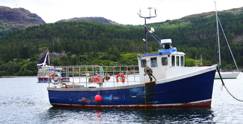 Barco de pesca viejo fotos de archivo