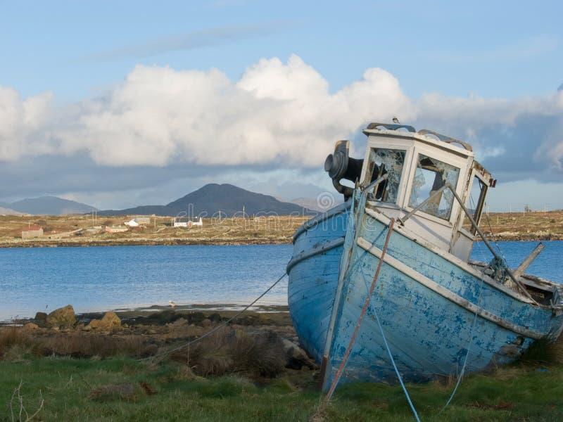 Barco de pesca viejo en Irlanda imágenes de archivo libres de regalías