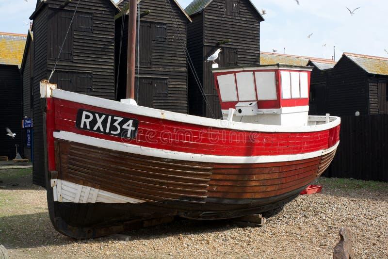 Barco de pesca viejo en la playa de la tabla hastings inglaterra foto de archivo