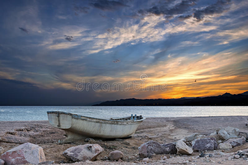 Barco de pesca viejo en la puesta del sol fotos de archivo libres de regalías