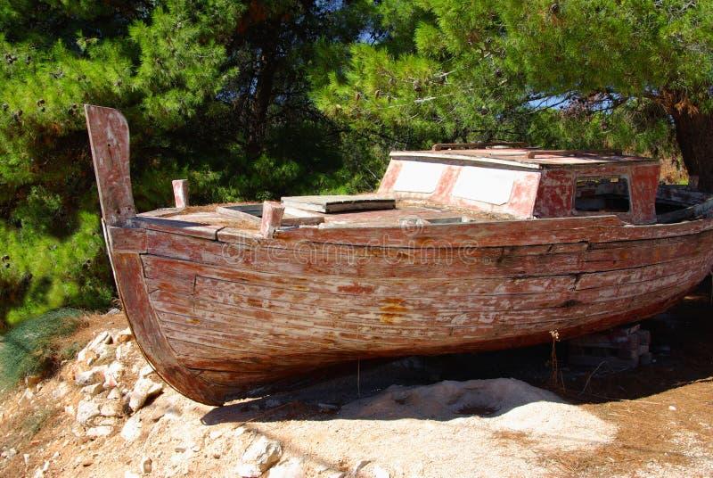 Barco de pesca viejo en una orilla rocosa, Croatia imagen de archivo libre de regalías