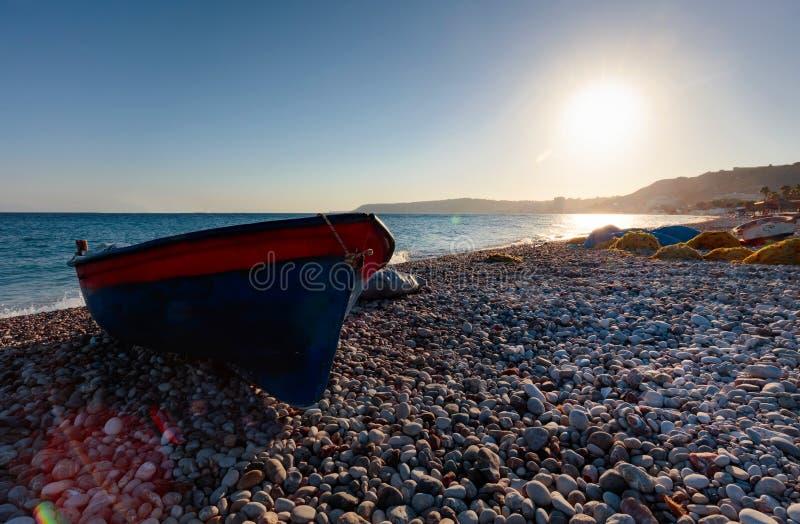 Barco de pesca viejo en una playa del mar Mediterráneo imagen de archivo libre de regalías