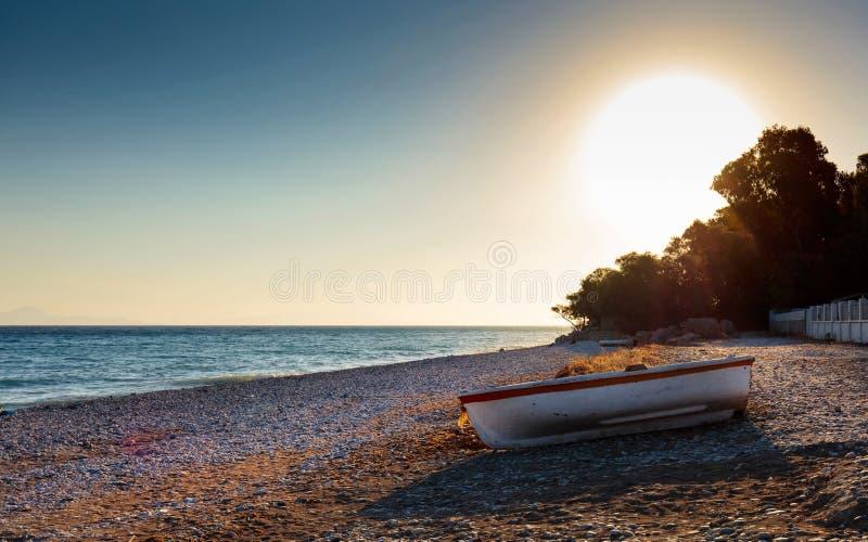 Barco de pesca viejo en una playa del mar Mediterráneo fotos de archivo libres de regalías